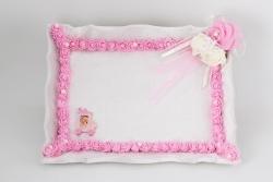 Tablett mit weißem Samtbezug und rosane Rosen beschmückt