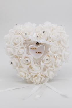 Trauungsschatel mit weißen Schaumrosen beschmückt