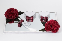 Trauungstablett aus Spiegel und roten Rosen Geschmückt