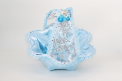 Korb in hellblau mit babyfigur beschmückt für Gastgeschenke Junge