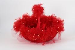 Korb in rot mit roten Ponpons und goldenen perlen beschmückt für Gastgeschenke