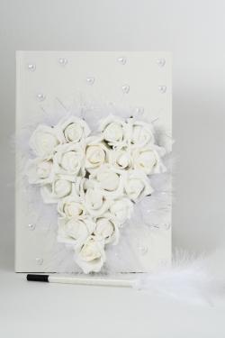 Gästebuch beschmückt mit großen weißen Schaumrosen in Herzform Feder und Perlen