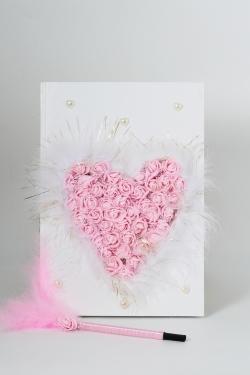 Gästebuch beschmückt mit rosa Schaumrosen in Herzform Feder und Perlen