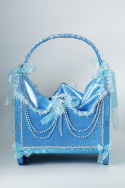 Korb in blau mit Perlen beschmückt Junge Geburt