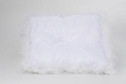 Kissen in weiß mit Federn